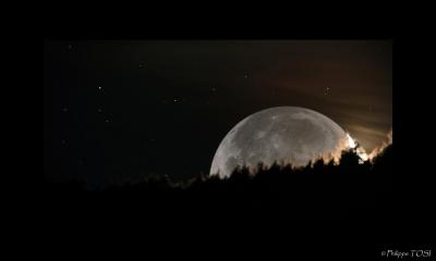 Coucher lune et lumière cendrée
